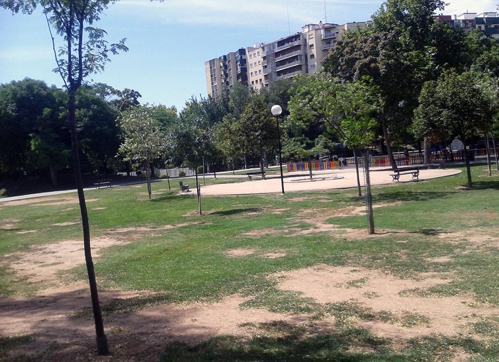 Concentración vecinal por la apertura del kiosco del Parque Bruil de Zaragoza
