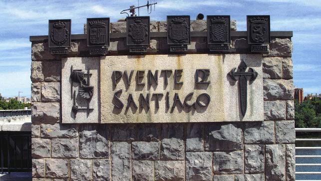 El Ayuntamiento de Zaragoza impulsa la retirada de dos escudos con simbología franquista del Puente de Santiago