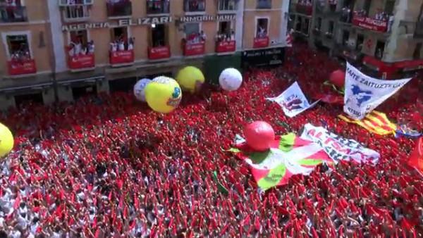 Solidaridad en la plaza del Ayuntamiento. Foto: Naiz