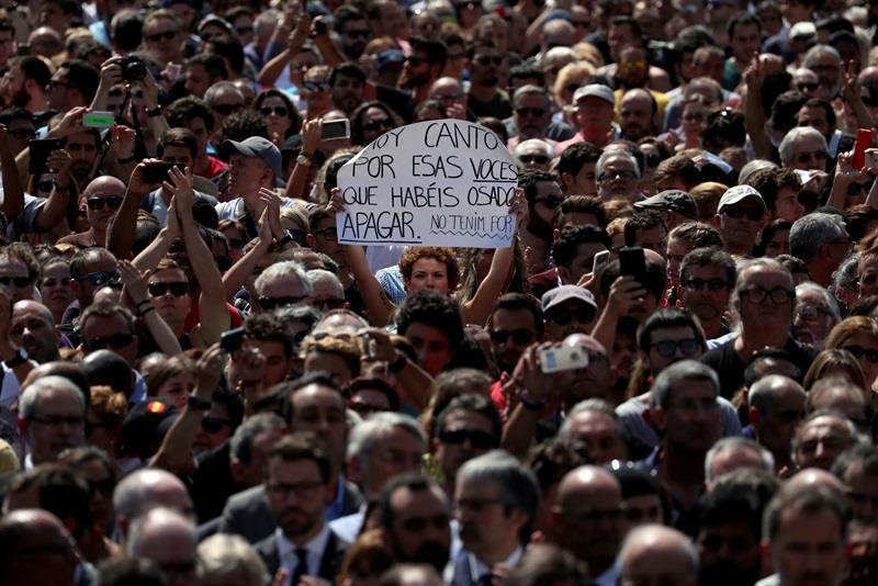 El alcalde de Zaragoza participa en la manifestación de Barcelona contra la violencia