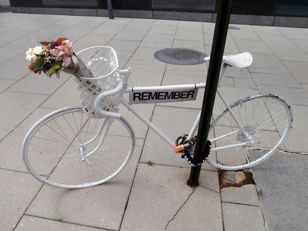 Bici blanca para recordar al ciclista fallecido en Zaragoza