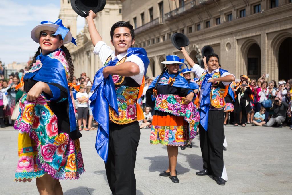 El folklore de México, Serbia, Perú y Chipre del Norte recorre las calles de Zaragoza