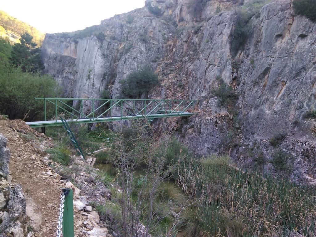 Calomarde mejora su paseo por el río Blanco con la instalación de pasarelas y balizas con información en códigos QR