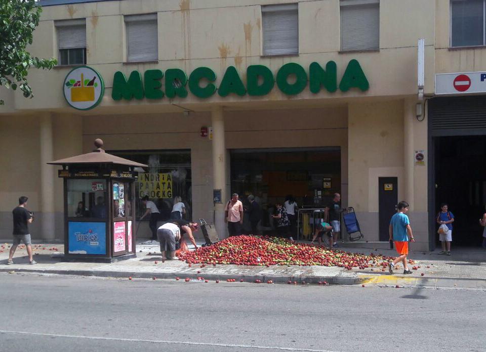 Protesta de agricultores aragoneses y catalanes ante un Mercadona en Lleida.
