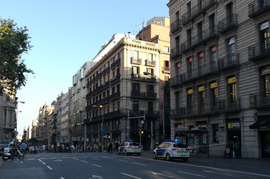 13 personas fallecidas y más de un centenar heridas en el brutal atropello masivo en Las Ramblas de Barcelona