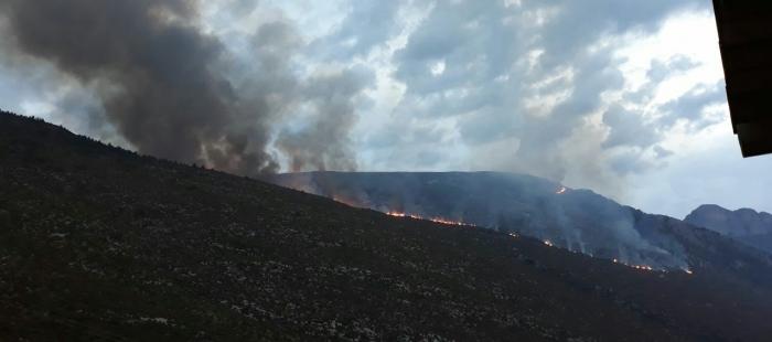 Medios aéreos se incorporan a la extinción del incendio de Fanlo