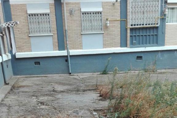 La Asociación Vecinal Tío Jorge Arrabal insta a la limpieza urgente de las plazas del grupo sindical Balsas de Ebro Viejo
