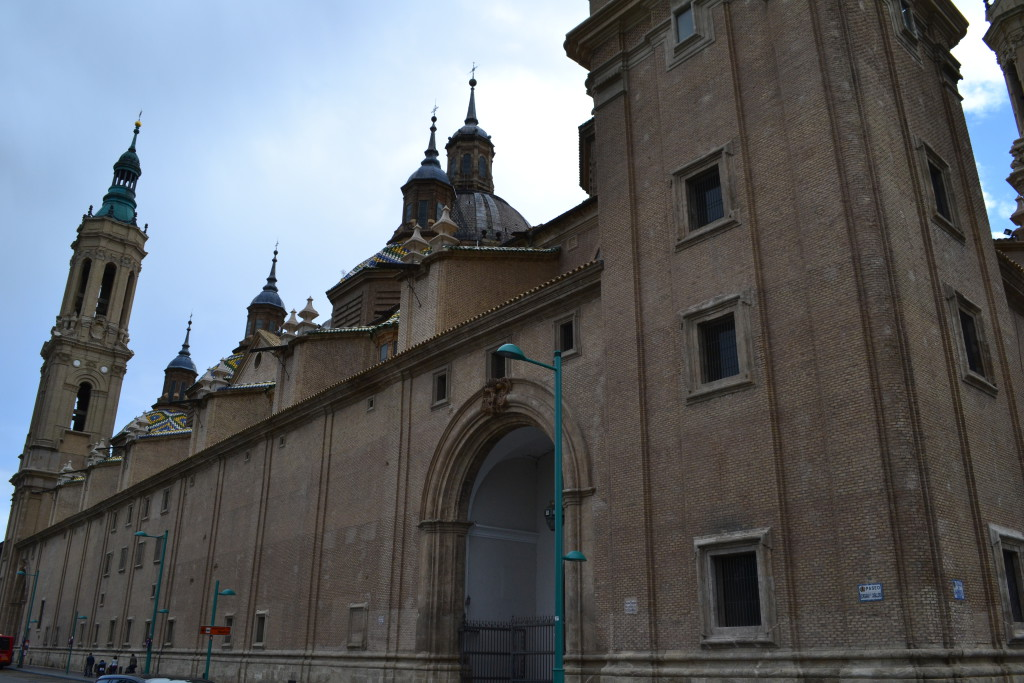 La Junta Local de Seguridad de Zaragoza prohíbe el aparcamiento en la fachada posterior de la Basílica del Pilar