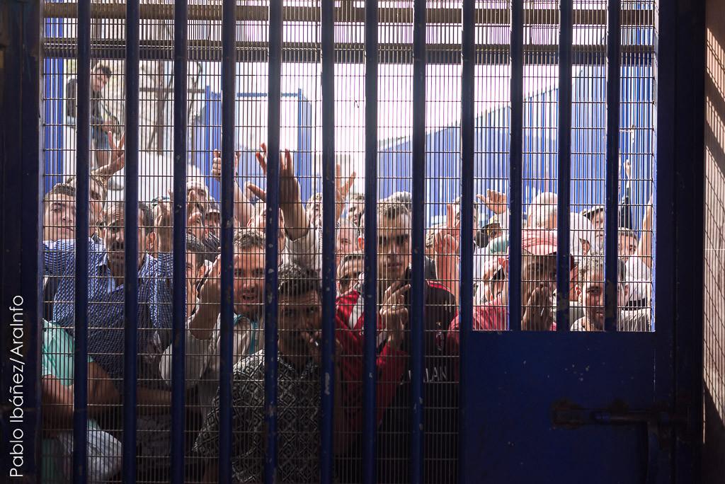 Paso fronterizo de Beni Ensar. Parte marroquí de la frontera vista desde el lado del Estado español. En el lado marroquí de la frontera la policía no organiza colas para pasar lo que ocasiona que haya grandes aglomeraciones y se ralentice el tránsito. Foto: Pablo Ibáñez (AraInfo)