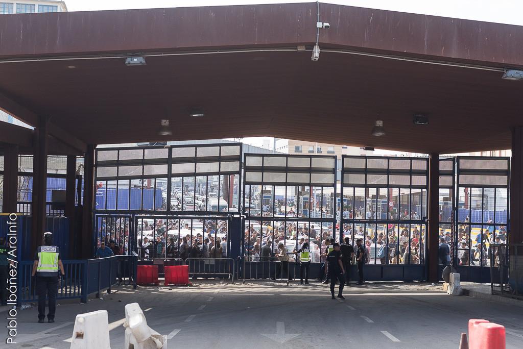 La policía cortó el paso de vehículos por la frontera. Foto: Pablo Ibáñez (AraInfo)