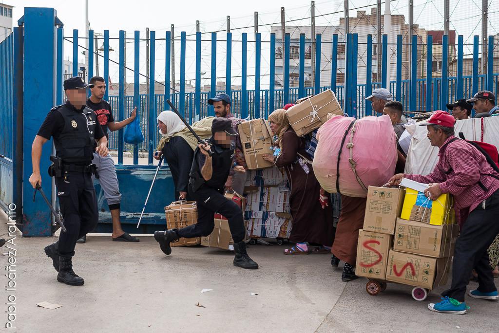 La tensión de cada día: la vida de las porteadoras en la frontera de Melilla