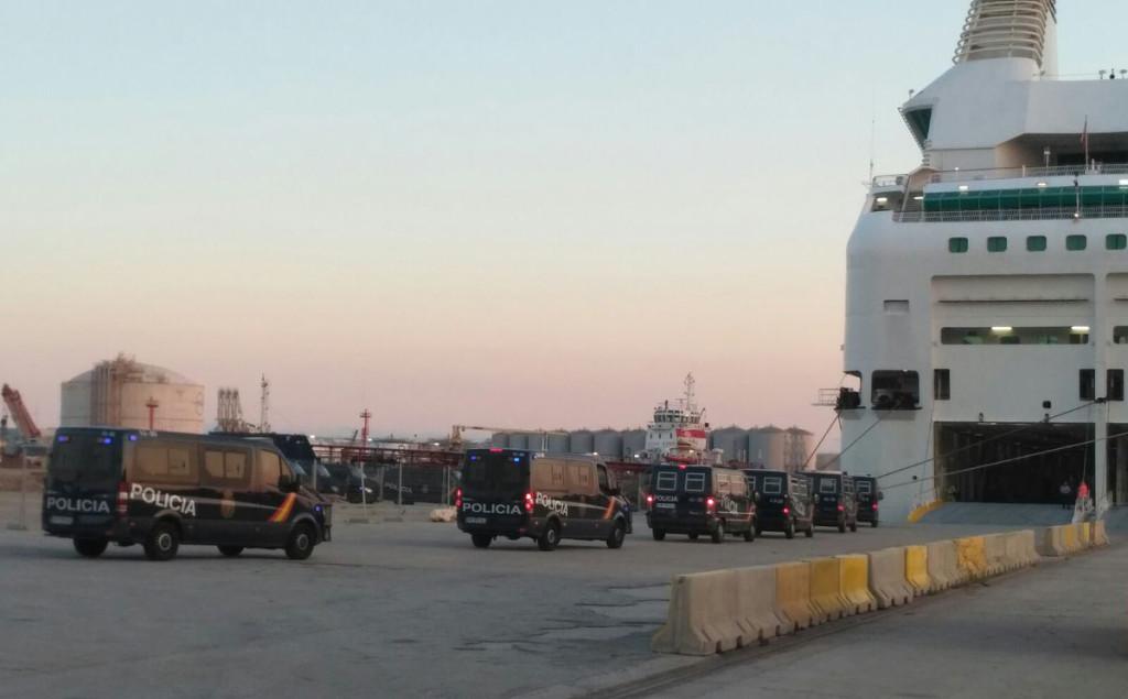 Estibadores de Barcelona acuerdan no operar los cruceros que alojan a los agentes de policía