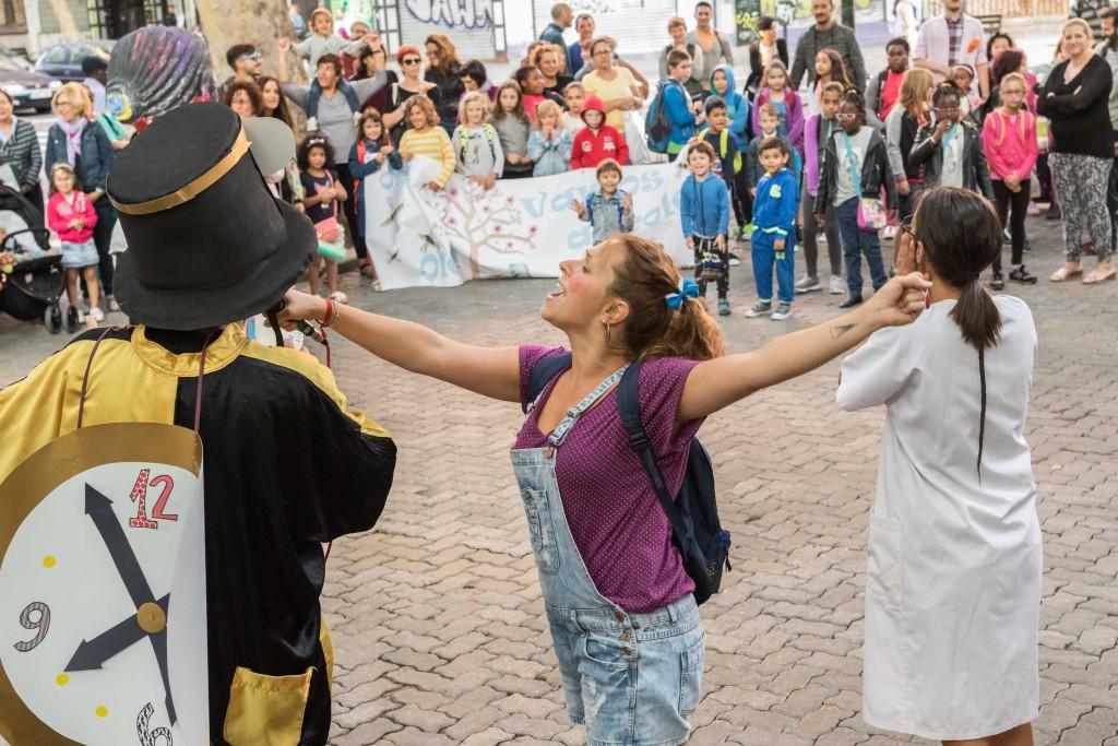 Decenas de escolares dan la bienvenida al curso escolar en La Magdalena con un pasacalles festivo