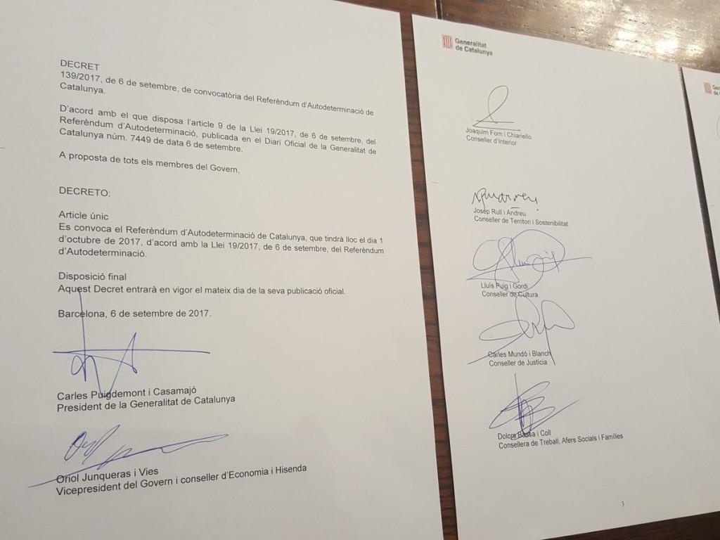 Firmas de la Ley del Referéndum. Foto: @KRLS (Carles Puigdemont)