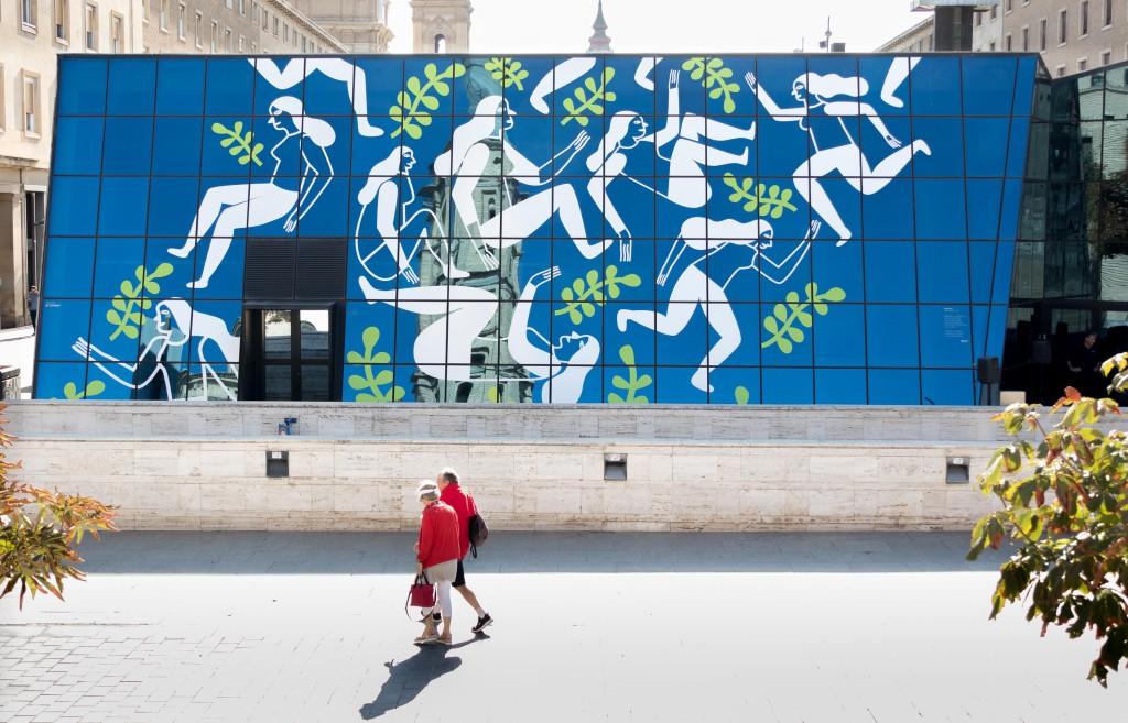 El Ayuntamiento de Zaragoza instala un mural contra las violencias machistas en la plaza de César Augusto
