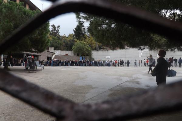 Colas en los colegios electorales en Catalunya. Foto: Albert Alexandre