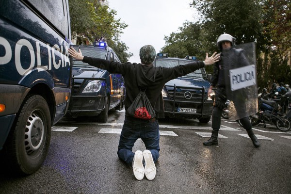 Un manifestante entre los furgones de la Policía española. Foto: Jone Arzoz (El Salto)