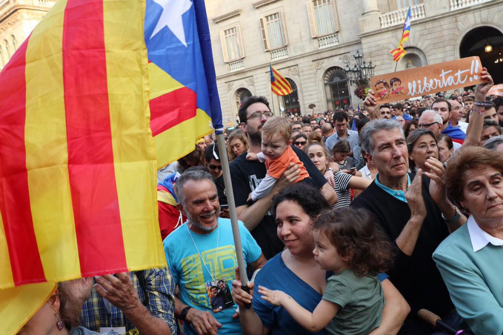 Las calles de toda Catalunya se llenan de celebraciones por la independencia
