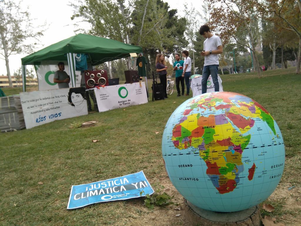Activistas celebran el Día de Acción de Amigos de la Tierra en más de 30 países