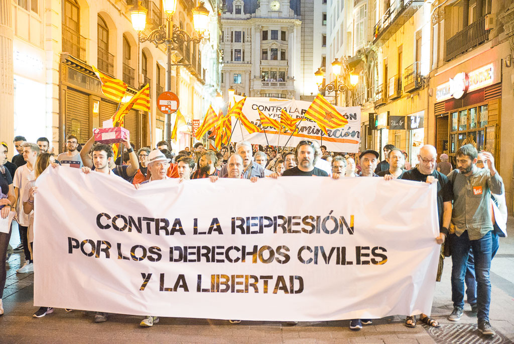 Miles de personas protestan en Zaragoza contra la represión en Catalunya