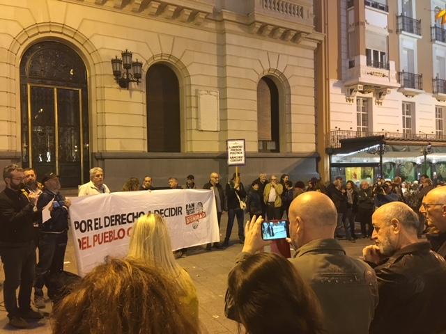 Concentración en el centro de Zaragoza en favor del derecho a decidir del pueblo catalán