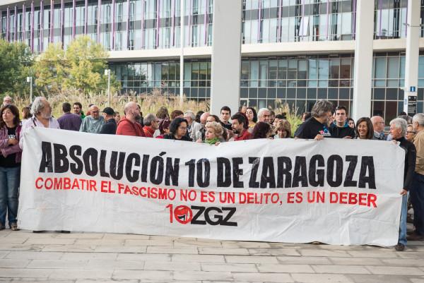 Decenas de personas se han concentrado en la Ciudad de la Justicia en apoyo de Los 10 de Zaragoza. Foto: Pablo Ibáñez (AraInfo)