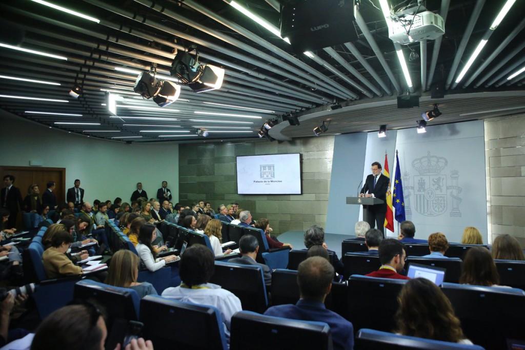 El Gobierno español confirma la intervención política de las instituciones catalanas con el apoyo del PSOE y Ciudadanos
