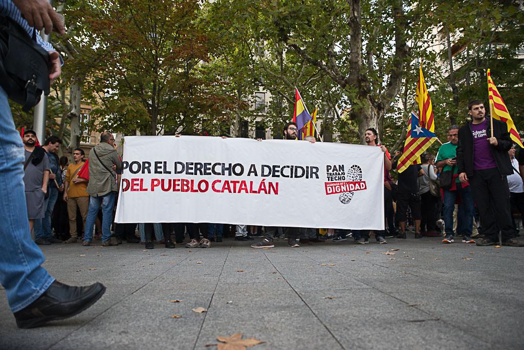 Cientos de personas en Zaragoza reivindican el derecho a decidir del pueblo catalán