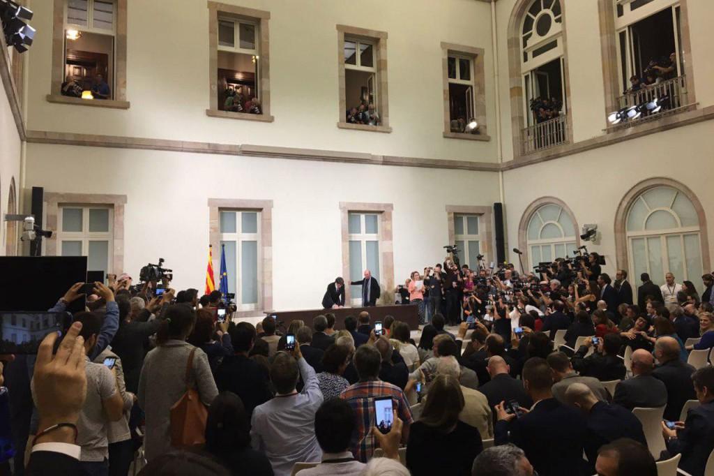 Puigdemont declara la independencia de Catalunya y pide negociación con el Estado español