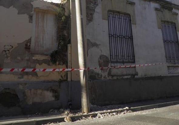 Denuncia por el abandono de la Harinera de Casetas, cuya fachada ha sufrido desprendimiento