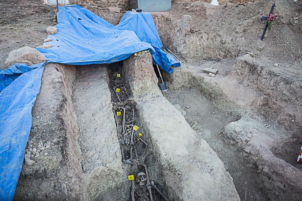 Exhumados en Pomer los restos de diez personas represaliadas por el fascismo