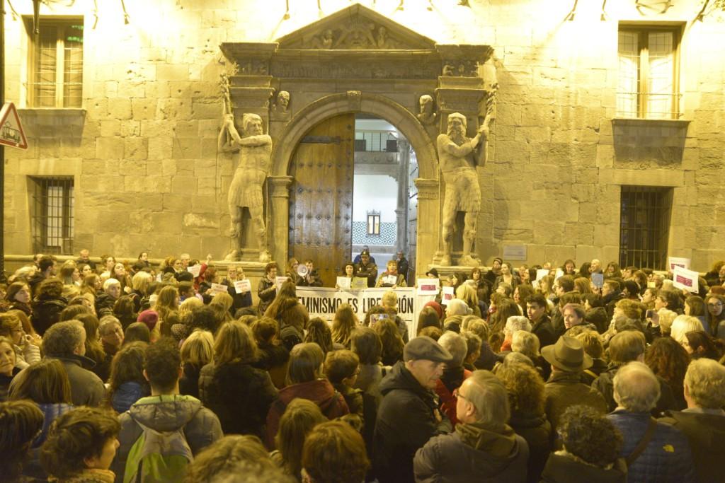 Unas 200 personas se concentran en Zaragoza para apoyar a la denunciante de la violación grupal