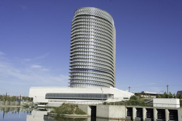 La Torre del Agua, construida para la Expo de Zaragoza, tuvo un coste de 53 millones de euros. Foto: Pablo Ibáñez (AraInfo)