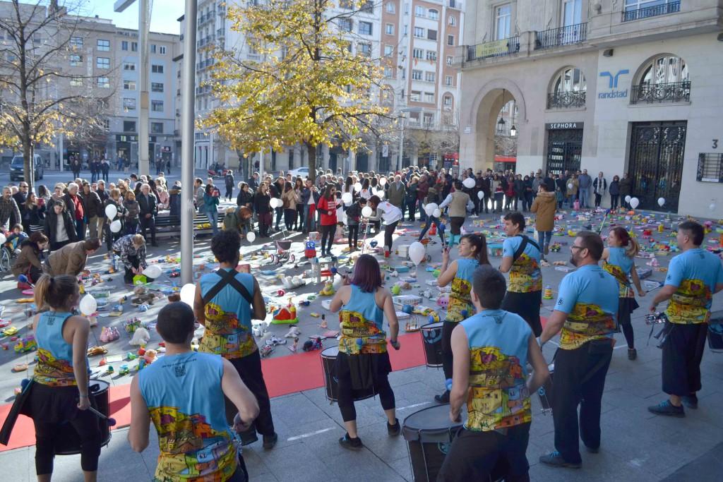 Juguetes y globos con el mensaje 'Yo actúo, yo protejo' llenan un acto en Zaragoza contra la violencia sexual infantil