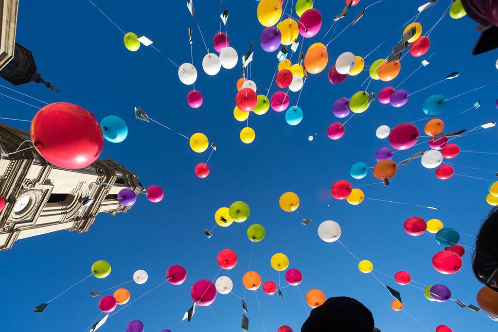 Echan a volar 500 Versos al Viento en la Plaza del Pilar
