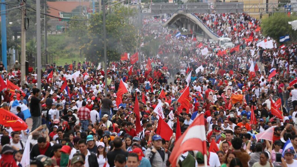 El TSE da la victoria al Partido Nacional mientras las caceroladas rompen el silencio del toque de queda de Honduras