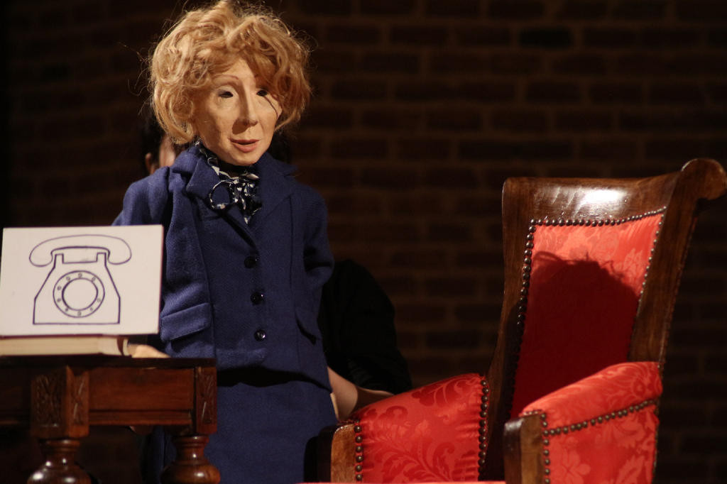 """La nueva presidenta del país ocupa """"El Sillón"""" en el Teatro de la Estación"""