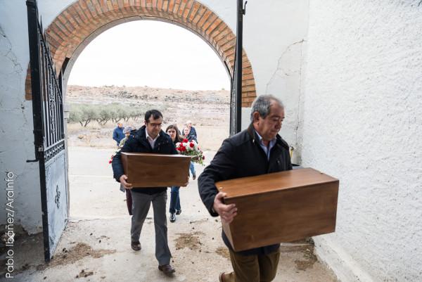 Familiares de las víctimas trasladan los restos al cementerio de Ricla |Foto: Pablo Ibáñez