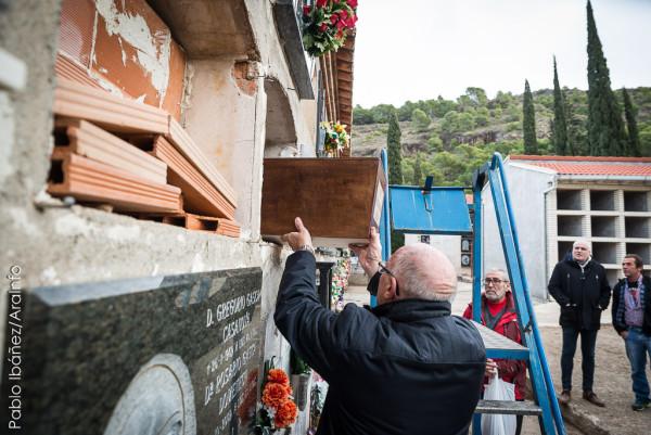 Familiares de Lorenza Morlanes Serrano depositan sus restos en el cementerio de Morés
