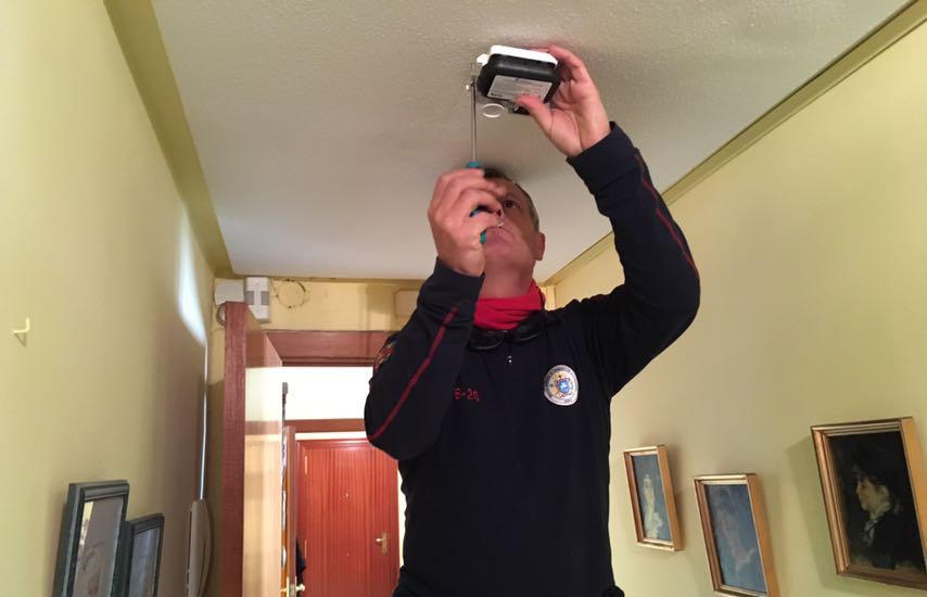 El Ayuntamiento de Uesca instala detectores de humo en 150 hogares de personas mayores que viven solas