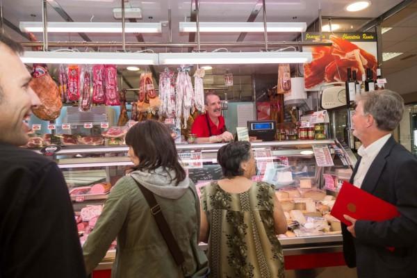 El alcalde Santisteve (derecha) departe con un detallista en una de sus visitas al Mercado Central. Foto: (AZ)