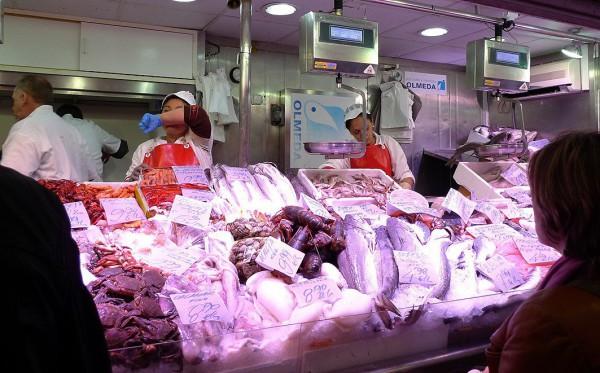Pescadería del mercado en plena actividad. Foto: (AZ)