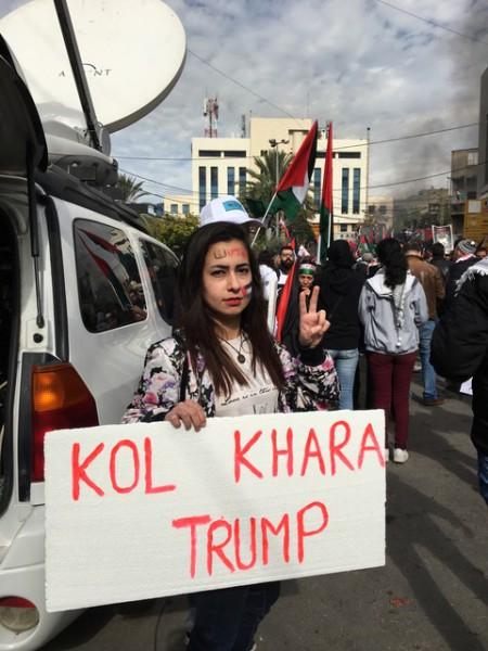 """Manifestante porta un cartel en árabe que dice """"Come mierda, Trump"""", durante la protesta en las inmediaciones de la embajada EEUU en el Líbano. Foto: Isabel Pérez"""