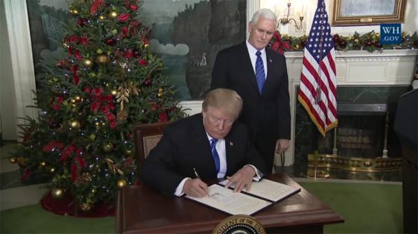 Trump firma la proclamación de su reconocimiento de Jerusalén como capital de Israel. Foto: White House