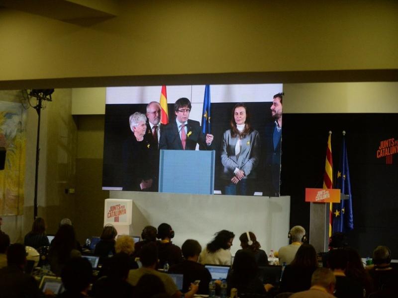 Carles Puigdemont dispuesto a hablar con Rajoy fuera del Estado español
