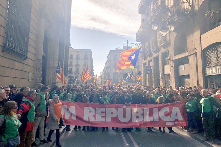 Miles de personas exigen frente al Parlament que se haga efectivo el mandato de las urnas del 21-D