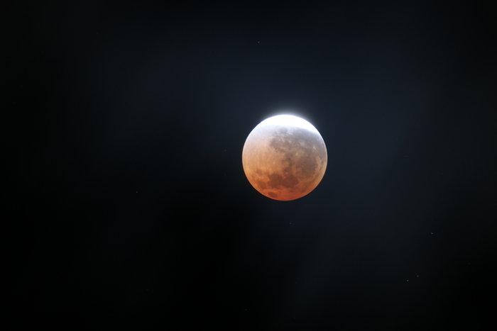 Observación temática sobre el eclipse lunar en el Planetario de Aragón