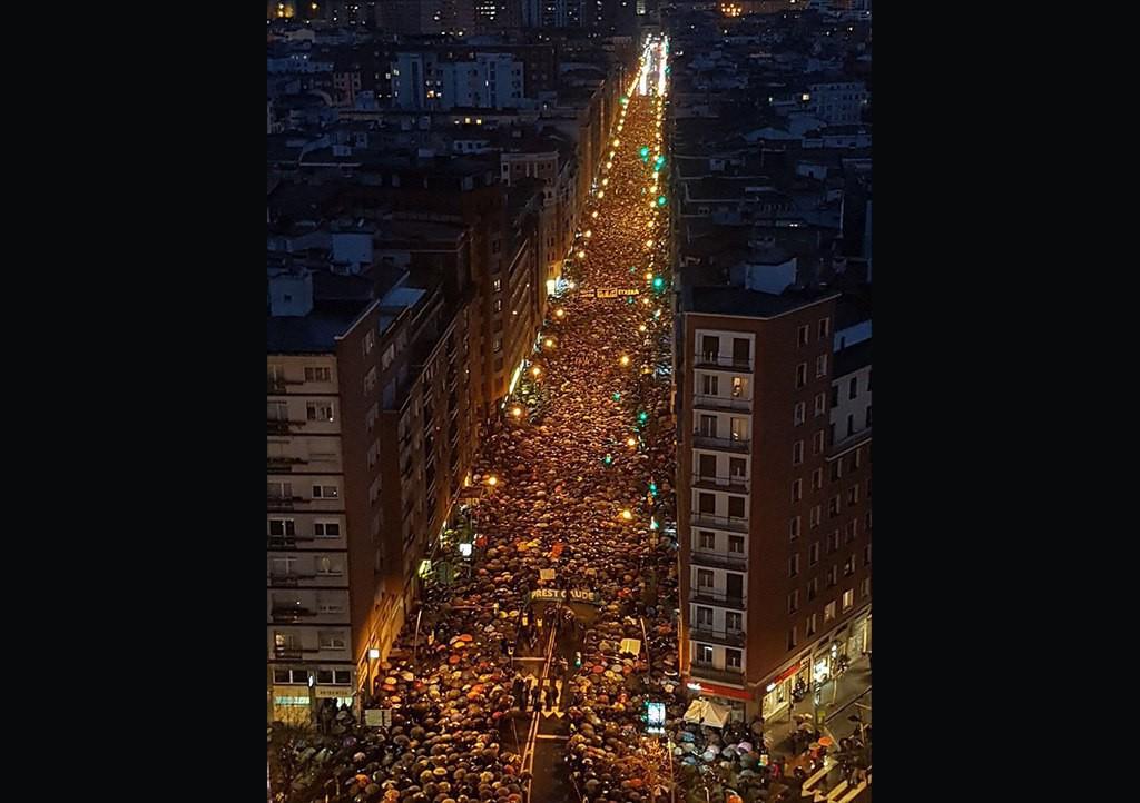 Miles de personas se movilizan en Bilbo por la paz y para reclamar el fin de la dispersión de los presos y presas vascas