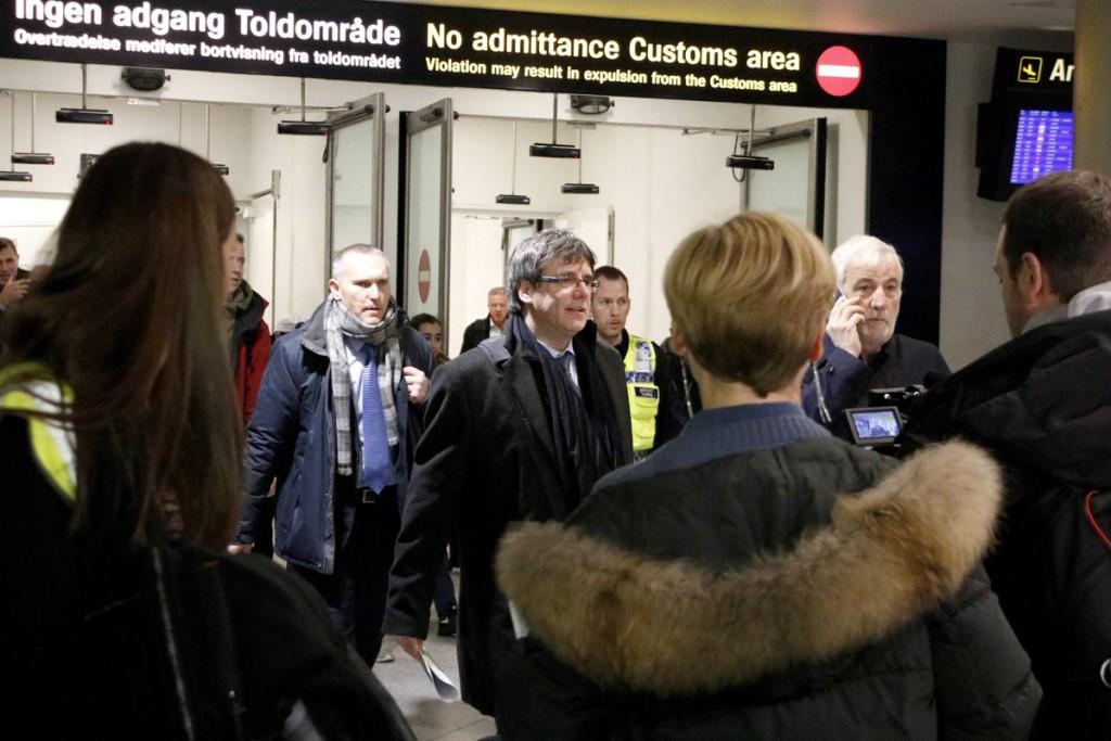 Puigdemont aterriza en Copenhague, la Fiscalía española pide activar la euroorden de detención y el juez lo rechaza
