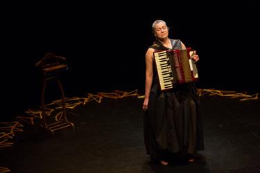 Ester Bellver llena de emotividad y ternura el Teatro de la Estación con 'Requiem'